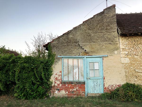 フランスの田舎のシャビーな壁